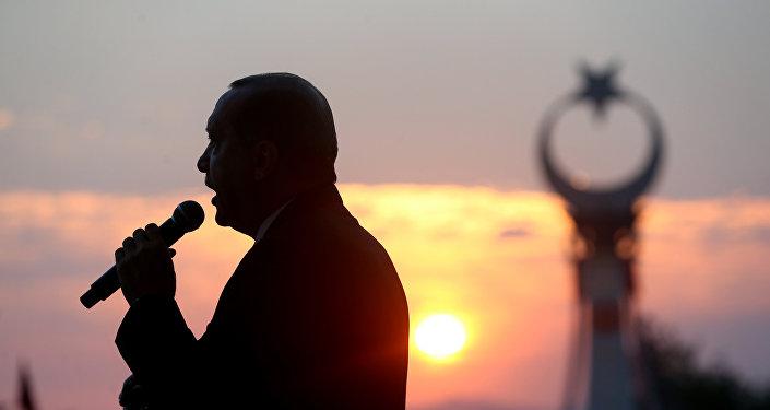 Президент Турции Реджеп Тайип Эрдоган выступает на годовщине неудавшегося государственного переворота в Турции 15 июля 2016 года, Президентский дворец, Анкара, 16 июля 2017 года