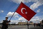 Знаменосец оркестра Мехтер Вооруженных сил Турции на шествии участников фестиваля Спасская башня на Поклонной горе в Москве