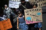 Люди протестуют против миграционной политики Берлина перед посольством Германии в Афинах, 2 августа 2017 года
