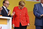 Almaniyanın Baden-Vürtemberq federal bölgəsində seçkiqabağı mitinqdə çıxış edən kansler Angela Merkelə pomidor atıblar