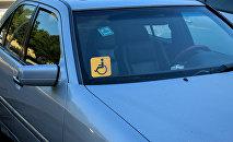 Наклейка Инвалид за рулем на лобовом стекле автомобиля, фото из архива