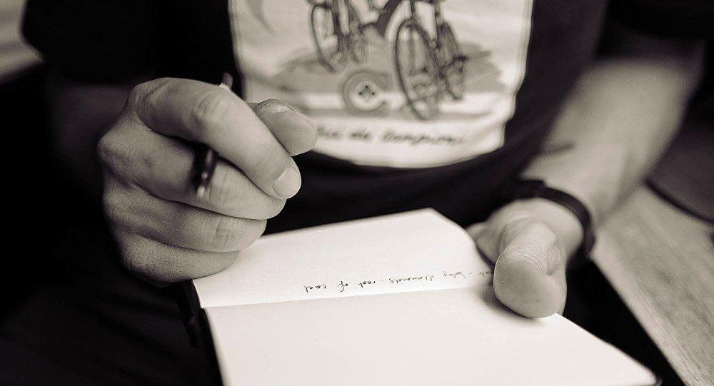 Мужчина с ручкой и блокнотом, фото из архива