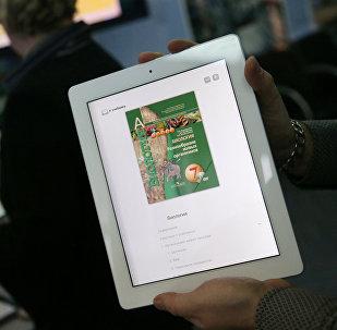 Презентация электронных учебников, фото из архива