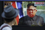 Мужчина в Токио смотрит телевизор, по которому выступает северокорейский лидер Ким Чен Ын, 3 сентября 2017 года