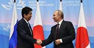 Президент РФ Владимир Путин и премьер-министр Японии Синдзо Абэ (слева)