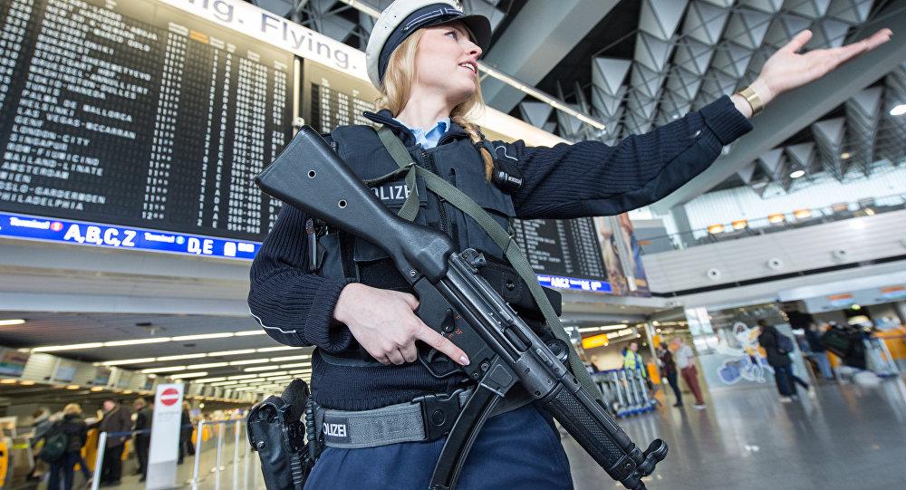 Almaniyanın Frankfurt Hava Limanında polis, arxiv şəkli