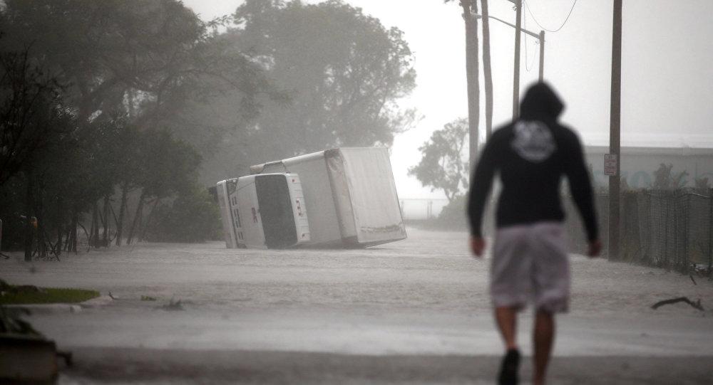 İrma qasırğası nəticəsində çevirilən yük maşını, cənubi Florida, Mayami, ABŞ-ın 10 Sentyabr 2017-ci il