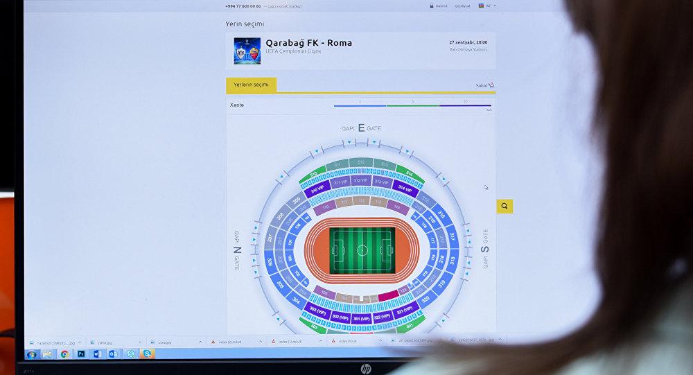 Девушка за просмотром сайта по продаже онлайн билетов на игру Карабах-Рома
