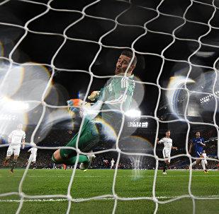 Ибрагим Шехич вратарь ФК Карабах пытается спасти второй гол забитый ФК Челси