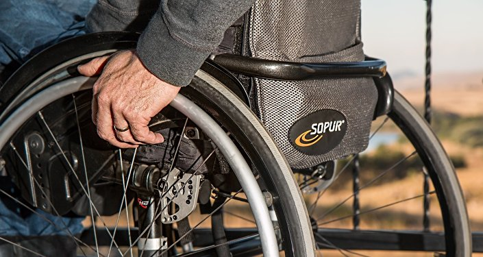 Человек в инвалидной коляске, архивное фото
