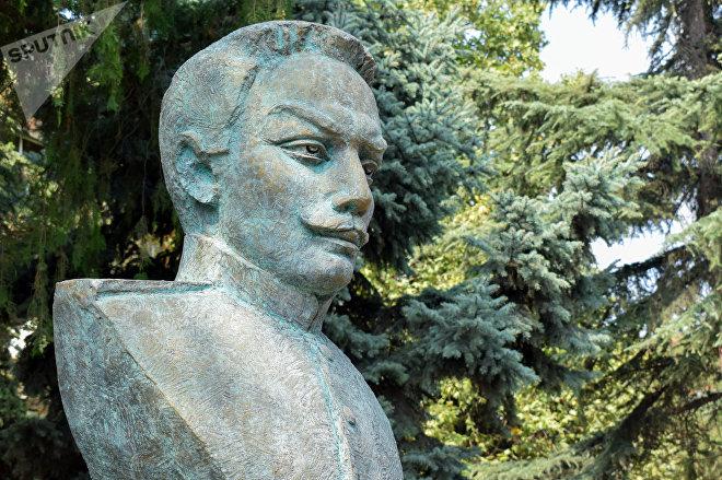 Fərrux ağa Qayıbovun Fəxri Qazaxlılar parkındakı büstü
