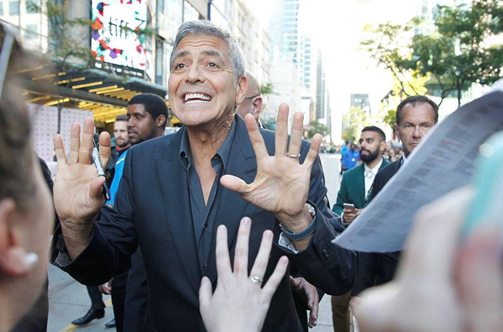 Последняя режиссерская работа Джорджа Клуни, фильм Субурбикон, также вошел в конкурсную программу кинофестиваля в Торонто.