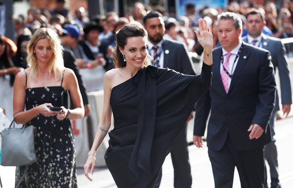 Анджелина Джоли приехала на Международный кинофестиваль в Торонто, чтобы представить свою новую режиссерскую работу, фильм Сначала они убили моего отца, рассказывающий о правлении красных кхмеров в Камбодже.