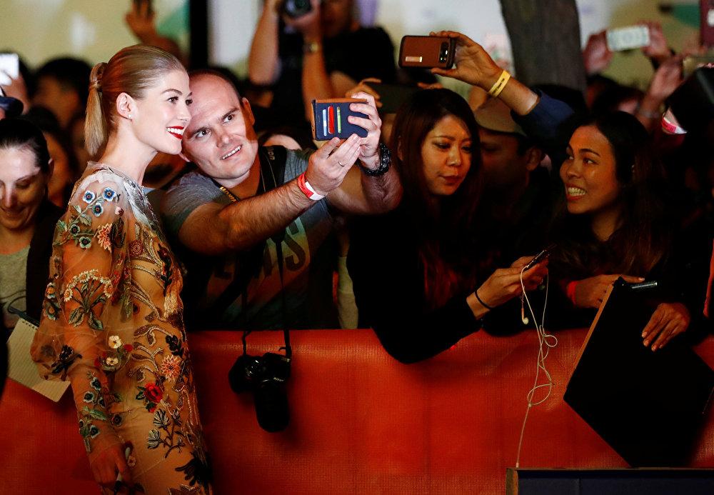Британская актриса Розамунд Пайк перед премьерой фильма Недруги, состоявшейся на кинофестивале.
