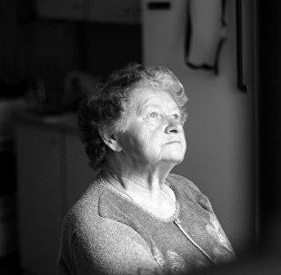 Yaşlı qadın, arxiv şəkli