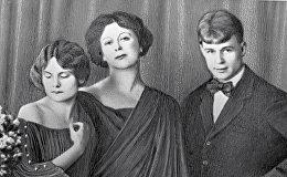 Поэт Сергей Есенин с женой Айседорой Дункани ее приемной дочерью Ирмой Дункан (слева)