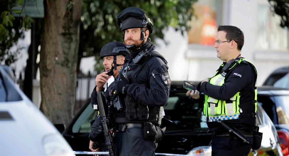 Londondakı Parsons-Qrin stansiyasının önündə polis əməkdaşları, 15 sentyabr 2017-ci il