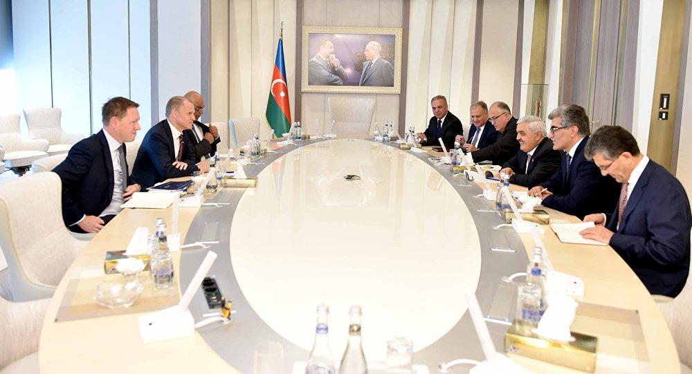 Встреча президента азербайджанской нефтяной компании Ровнага Абдуллаева с исполнительным вице-президентом по международному развитию и производству норвежской Statoil Ларсом Кристианом Бахером