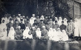 Офицеры Кавказской Исламской Армии с министром здравоохранения АДР Худадад беком Маликаслановым и с работниками министерства, Елизаветполь (ныне Гянджа), 1918 год