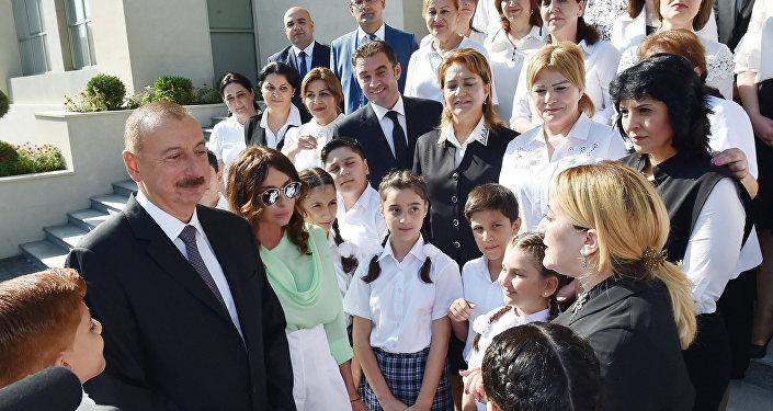 İlham Əliyev Bakıdakı 20 nömrəli məktəb-liseyin yeni binasının açılışında iştirak edib