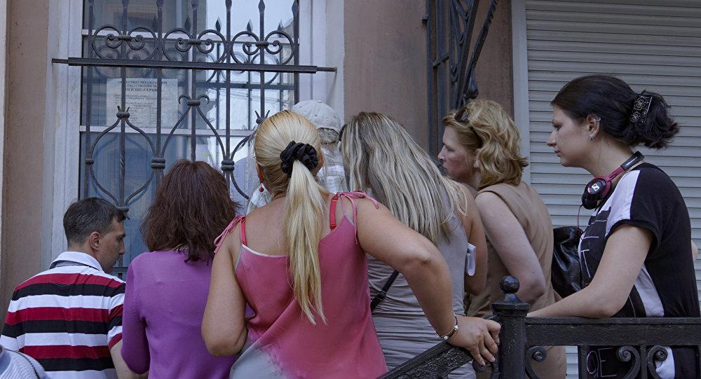 Посетители у офиса турфирмы, фото из архива