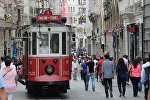 Люди на улице Истикляль в Стамбуле, фото из архива