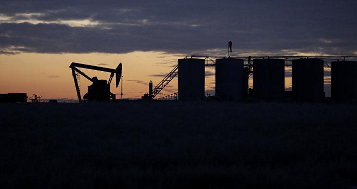 Нефтяной насос и танкеры, фото из архива