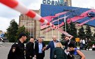 Сотрудник полиции у гостиницы Космос в Москве. Оперативные службы проверяют поступившую информацию о минировании зданий и торговых центров Москвы