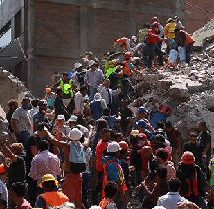 Спасательные работы на месте обрушившихся из-за землетрясения зданий в Мексике