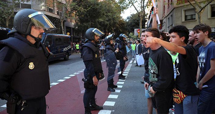 İspan polisinə etiraz edən gənclər, Barselona, 20 sentyabr 2017-ci il