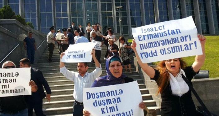 Акция протеста перед зданием Милли Меджлиса в Баку