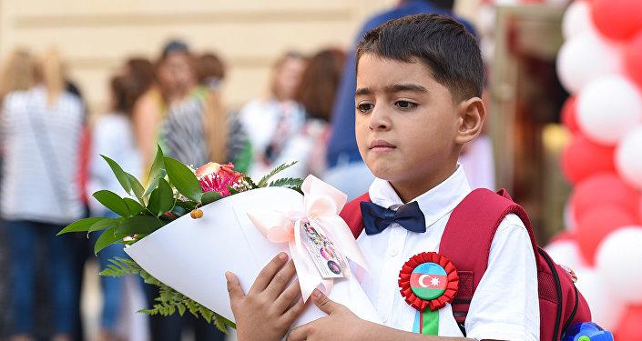 Первоклассник в День знаний в одной из школ Баку, фото из архива