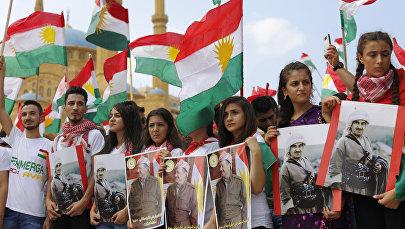 İraq Kürd Lideri Məsud Bərzani və atası Mustafanın plakatlarını tutan tərəfdarları, arxiv şəkli