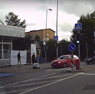 В Таллине автомобиль задавил робота