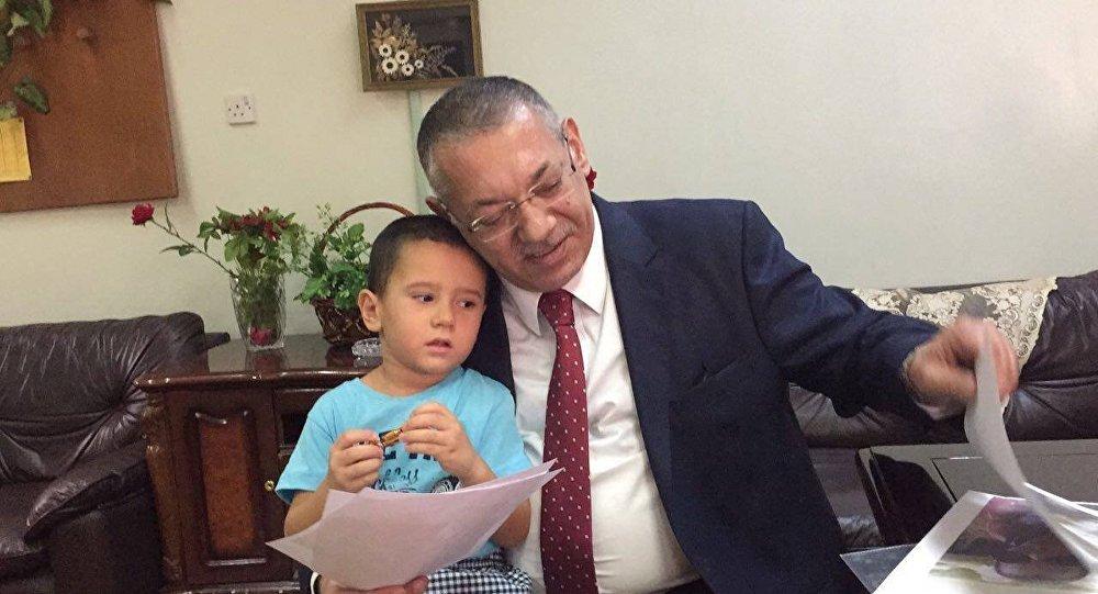 Консул посольства АР в Ираке Заби Ахундов и маленький Абдулла, фото из архива
