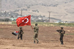 Солдаты с флагами Ирака и Турции в ходе совместных учений двух стран на турецко-иракской границе, 25 сентября 2017 года