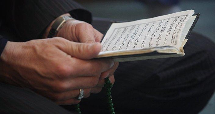 Мужчина за чтением Корана, фото из архива