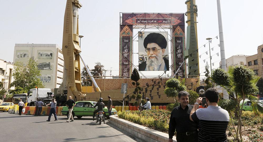 Баллистические ракеты средней дальности Sejjil (слева) and Qadr-H в Тегеране, 25 сентября 2017 года