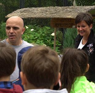 Cолисты дуэта Непара Александр Шоуа и Виктория Талышинская посетили зоопарк вместе с участниками конкурса Ты супер! Танцы