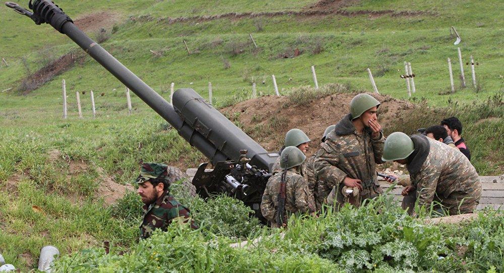 Армянские солдаты стоят возле границы в провинции Ходжавенд (Гадрут) в Нагорном Карабахе, Азербайджан, во вторник, 5 апреля 2016 года