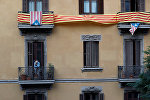 Мужчина курит на балконе своей квартиры в Барселоне, Испания, 2 октября 2017 года