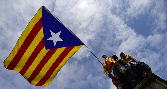 Демонстранты с флагом Каталонии в Барселоне, 2 октября 2017 года
