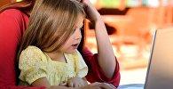 Kompüter arxasında oturmuş uşaq, arxiv şəkli