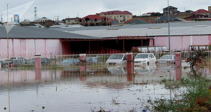 Оставшиеся под водой автомобили на стоянке в поселке Масазыр