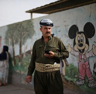 Kürdüstandakı referendum günü seçki məntəqəsinin qarşısında dayanan adam, Ərbil, 25 sentyabr 2017-ci il