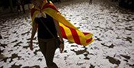 Девушка с Эстеладой — неофициальным флагом Каталонских земель, Барселона, Испания, 3 октября 2017 года