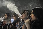 Девушки курят электронные сигареты, фото из архива