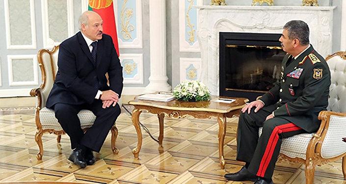 Президент Беларуси Александр Лукашенко на встрече с Министром обороны Азербайджана Закиром Гасановым
