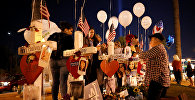 Люди поминают жертв теракта в Лас-Вегасе, 6 октября 2017 года