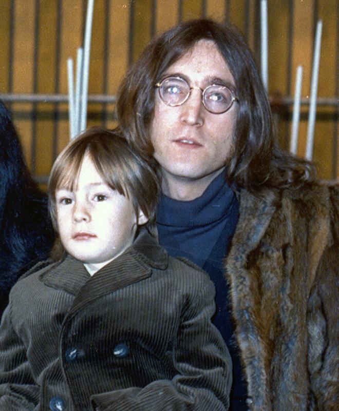 Певец Джон Леннон с сыном Джулианом